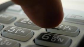 Kreditkartenlesermaschine am Stangenzähler mit männlicher haltener Kreditkarte stock video