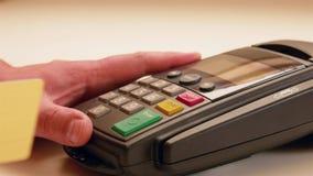Kreditkarteschlag durch Terminalmaschine stock footage