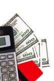 Kreditkort, dollarräkningar och räknemaskin Arkivfoton
