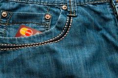 Kreditkort i jeans arkivbild