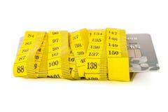 Kreditkort i mätande band arkivfoton