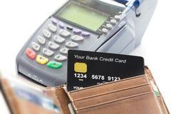 Kreditkort i plånbok med kreditkortmaskinen Arkivfoton