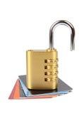 Kreditkort med den öppna hänglåset Arkivbild