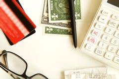 Kreditkort med räknemaskinen på tabellen Royaltyfri Bild