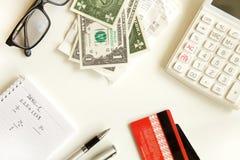Kreditkort med räknemaskinen på tabellen Arkivfoto