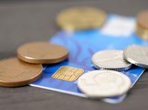 Kreditkort och mynt arkivfoton
