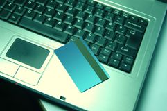 Kreditkort på bärbara datorn Fotografering för Bildbyråer
