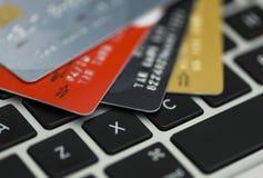 Kreditkort på bärbara datorn, online-shopping Arkivfoton