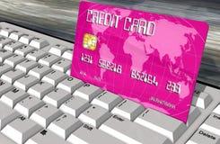 Kreditkort på closeupen för datortangentbord Arkivfoto