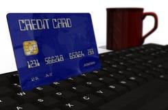 Kreditkort på closeupen för datortangentbord Royaltyfri Bild