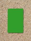Kreditkort på en sandyttersida Royaltyfri Fotografi