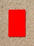 Kreditkort på en sandyttersida Royaltyfria Foton