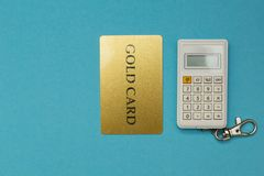 Kreditkort på räknemaskinbakgrund på blå bakgrund arkivfoto
