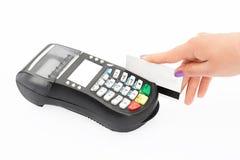 Kreditkort som nallar på bankterminalen Räcker swips det plast- kortet i lager för att betala för köp, isolerat på vit bakgrund P Royaltyfria Foton
