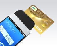 Kreditkort som nallar till och med en mobil Royaltyfri Bild
