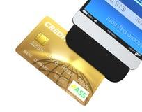 Kreditkort som nallar till och med ett mobilt betalningtillbehör för smartphone Fotografering för Bildbyråer