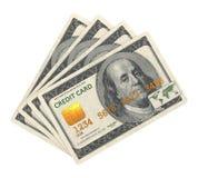 Kreditkort som planläggs i dollarsedel. Arkivfoto