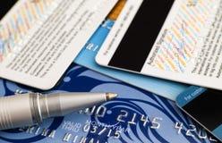 Kreditkortar med pennan Arkivbild