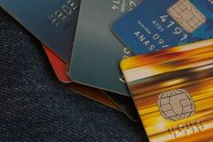 Kreditkortar på jeansbakgrund Arkivbilder