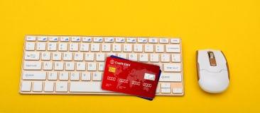 Kreditkortar på tangentbordtangenter med musen Fotografering för Bildbyråer