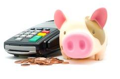 Kreditkortavläsaren bearbetar med maskin Arkivbild