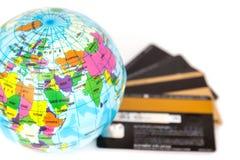 Kreditkortbegrepp runt om världen Arkivbilder