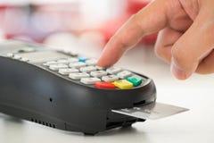 Kreditkortbetalning, köp och försäljningsprodukter & service Royaltyfri Bild