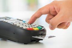 Kreditkortbetalning som direktanslutet shoppar Arkivbild