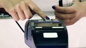 Kreditkortbetalningterminal i lager close upp lager videofilmer