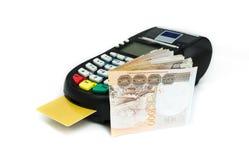 Kreditkorten bearbetar med maskin Royaltyfria Bilder