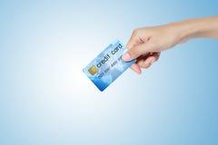 Kreditkorten holded vid handen. Arkivfoton
