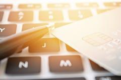 Kreditkorten skrivar på royaltyfri foto