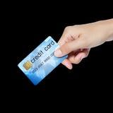 Kreditkorthåll vid handen. Arkivbilder