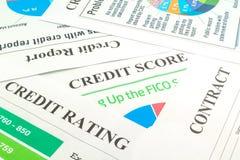 Kreditscore, Bericht, Bewertung und Vertrag auf dem Tisch stockfotos