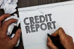 Kreditupplysning för ordhandstiltext Affärsidéen för att låna räkningen för raparket och innehavet för man för historia för skuld arkivbilder