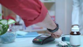 Kreditzahlung am Drugstore Elektronische Zahlung an der Apotheke Positions-Anschluss stock video footage