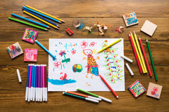 Kredki, porad pióra i dziecka ` s rysunek, Zdjęcie Royalty Free