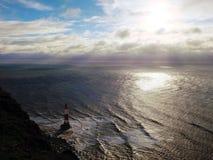 Kredowe falezy i latarnia morska przy ocean linią brzegową w Anglia fotografia royalty free
