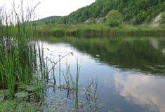 Kredowe góry i jezioro Zdjęcia Stock