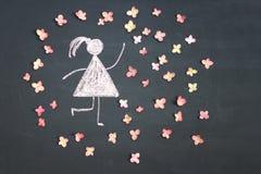 Kredowego rysunku kobiety ikona otaczająca żywymi menchiami kwitnie na chal fotografia stock