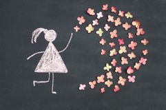 Kredowego rysunku kobiety ikona z żywymi menchiami kwitnie na chalkboard lub obraz royalty free