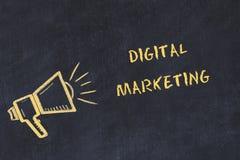 Kredowej deski nakreślenie z ręcznie pisany teksta cyfrowym marketingiem royalty ilustracja