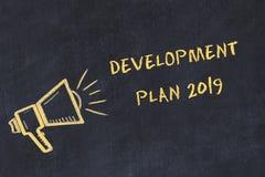 Kredowej deski nakreślenie z ręcznie pisany teksta plan rozwoju 2019 royalty ilustracja