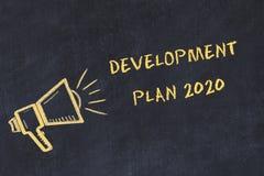 Kredowej deski nakreślenie z ręcznie pisany teksta plan rozwoju 2020 royalty ilustracja