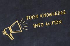 Kredowej deski nakreślenie z ręcznie pisany teksta zwrota wiedzą w akcję ilustracja wektor