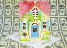Kredyt mieszkaniowy zabawki dom z niektóre dwa dolarowymi rachunkami Fotografia Royalty Free
