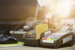 Kredytowa czytnik kart maszyna na kasjera biurku Zdjęcia Stock