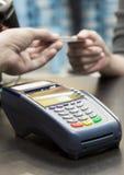 Kredytowa Karciana maszyna Na stole Obrazy Stock