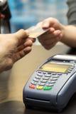 Kredytowa Karciana maszyna Na stole Zdjęcie Royalty Free