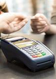 Kredytowa Karciana maszyna na stole z kobietą wręcza nad kredytową kartą Zdjęcia Stock